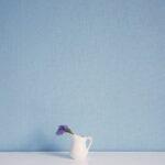 かわいいブルーの壁紙と白い家具とフレーム